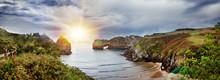 Hermoso Paisaje De Playa Y Costa Con Montañas Y Vegetación. Impresionante Escena De Costa Y Acantilados En Cantabria, España. Playa De Bellerín.