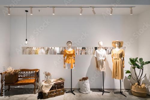 Pinturas sobre lienzo  Fashion women's clothes in shopping mall windows