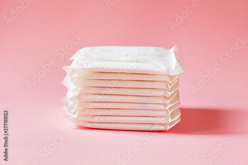 Fotografía  women intimate hygiene products - sanitary pads  on pink background