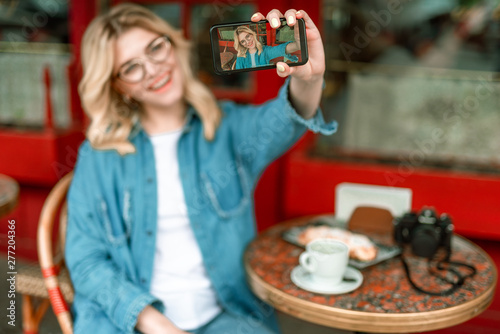 Poster Affiche vintage Happy woman enjoying coffee in cafe outdoors