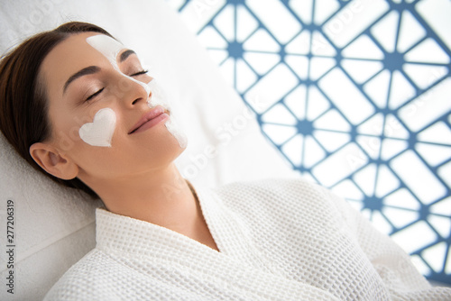 Poster Affiche vintage Relaxed smiling lady on couch with face mask