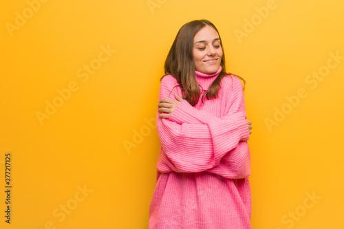 Photo  Young modern woman giving a hug