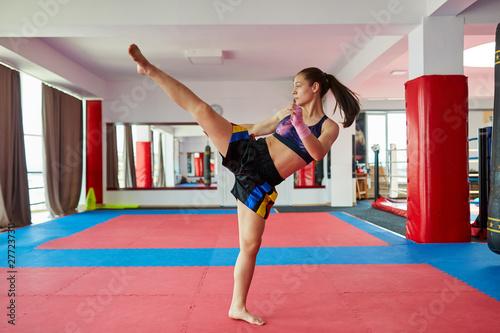 Photo  Kickboxer girl shadow boxing