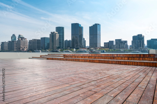 Photo  Plaza tiles and skyline of urban Architecture