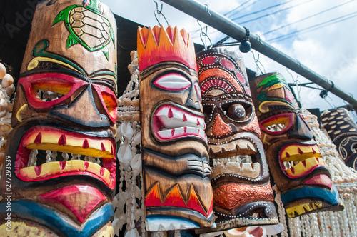 Hawajskie maski Tiki sprzedawane na lokalnym rynku na Hawajach