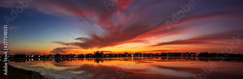 Montage in der Fensternische Aubergine lila Panorama gloden sky with lake at sunrise