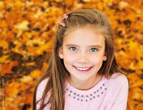 Poster Ecole de Danse Autumn portrait of adorable smiling little girl child with leaves