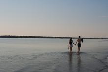 Passeggiata Romantica In Riva Al  Mare All'alba