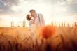 canvas print picture - Hochzeitspaar bei der Hochzeit küsst sich in romantischer Stimmung