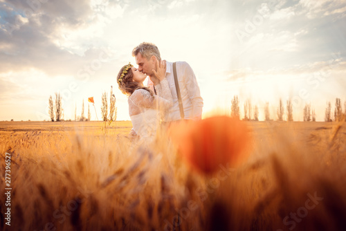Photo  Hochzeitspaar bei der Hochzeit küsst sich in romantischer Stimmung