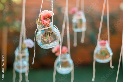Photo  Decoration glass jar with flowers hanging with blur garden background