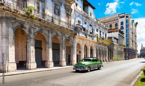 Valokuva  Grüner amerikanischer Oldtimer auf der berühmten Hauptstrasse Jose de Marti in H
