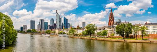 Panorama von Frankfurt am Main mit Skyline und Main an einem schönen Sommertag Tableau sur Toile