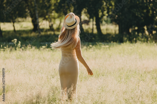 Obraz Woman with a hat in the summer park. - fototapety do salonu