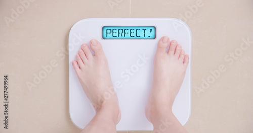 Obraz na płótnie Lose weight concept with scale