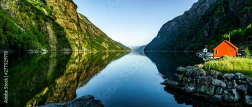 Leinwand Poster  Rotes Haus an einem  Fjord in Norwegen
