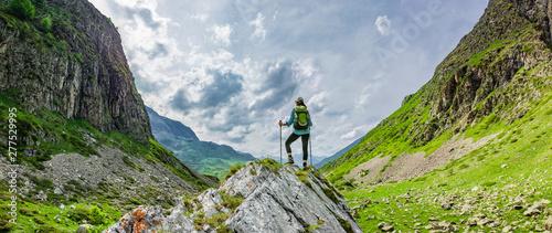 Frau mit Rucksack beim Wandern