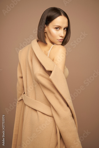 Cuadros en Lienzo Fashion beautiful lady in beige coat