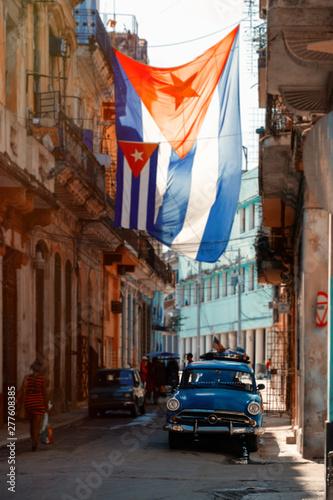 Papiers peints La Havane Antique car and cuban flag in Old Havana
