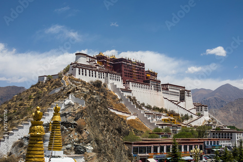 The Potala Palace in Lhasa, Tibet, the former residence of the Dalai Lama and a UNESCO World Heritage Site Tableau sur Toile