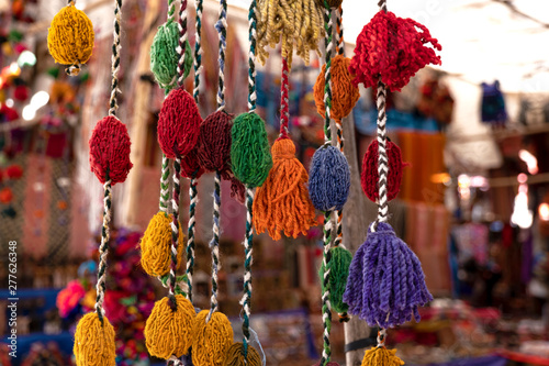 Photo Colorful peruvian and andean handmade (handcraft) textile and woolen goods with