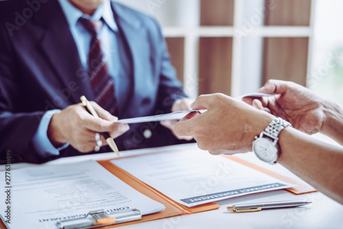 Fotografía  Group of middle age Asian business people and lawyers discussing and sign a contract
