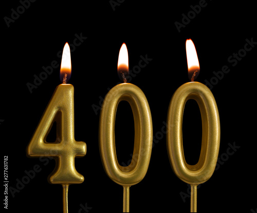Golden birthday candles isolated on black background, number 400 Fototapete