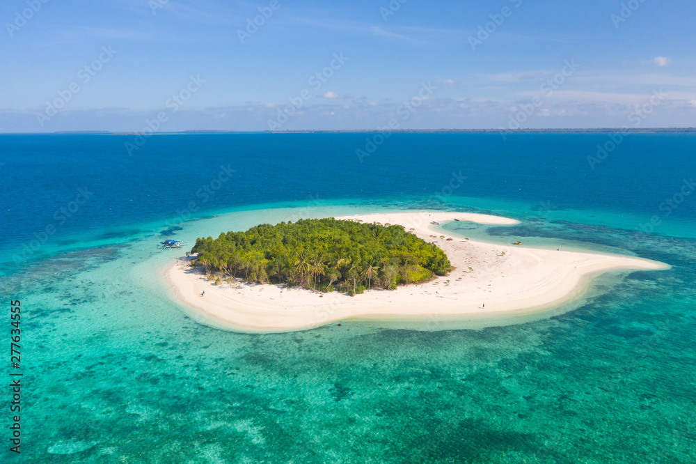 Fototapeta Patawan island. Small tropical island with white sandy beach. Beautiful island on the atoll, view from above. Nature of the Philippine Islands.