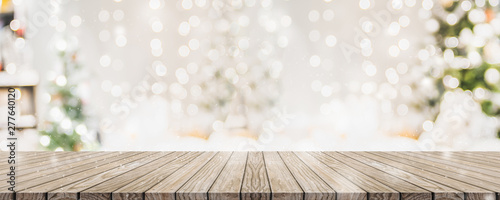 Fotografía Empty woooden table top with abstract warm living room decor with christmas tree string light blur background with snow,Holiday backdrop,Mock up banner for display of advertise product