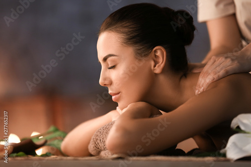 Fotografía  Beautiful young woman receiving massage in spa salon