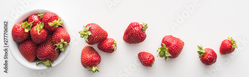 Cuadros en Lienzo panoramic shot of fresh and ripe strawberries on white bowl