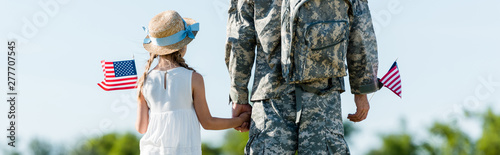 panoramic shot of patriotic child and man in military uniform holding hands and Fototapet
