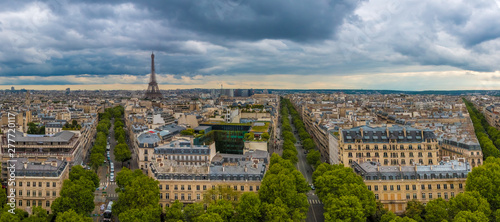 Fotografía Great aerial panorama picture of the Paris cityscape with the famous and iconic Eiffel Tower including Avenue d'Iéna, Avenue Kléber and Avenue Victor-Hugo on a cloudy day