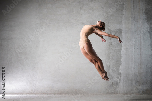 ballet dancer in the work, the dancer with a cloth, a girl with a beautiful body Fototapet