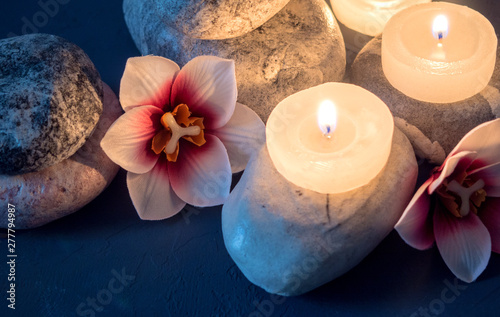 Autocollant pour porte Orchidée Spa with burning white candles standing on stones and flowers