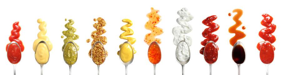 Set žlica s različitim ukusnim umacima na bijeloj pozadini, pogled odozgo