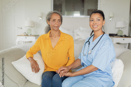 Photo  Healthcare worker and woman sitting on couch
