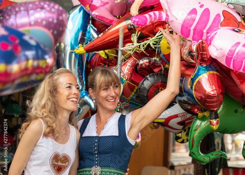Fotografie, Obraz  Zwei Frauen mit Luftballons feiern auf dem Volksfest