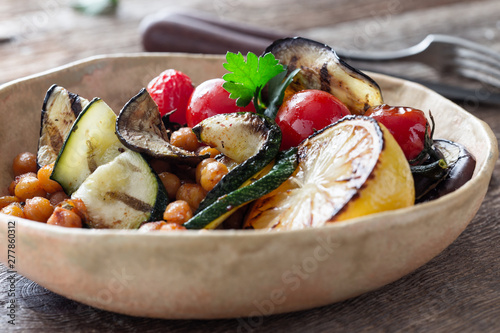 Obraz na plátně Healthy vegan bowl with grilled vegetables, and roasted chickpeas