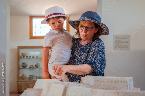 Photo  Mother son in museum looking at a reconstructed model