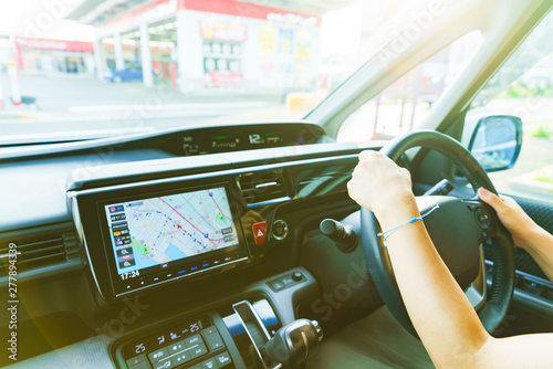 [安全運転イメージ] 日本人女性が両手でハンドルをしっかり握って安全運転するシーン