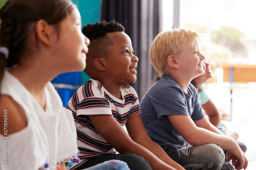 Fototapety, obrazy: Group Of Elementary School Pupils Sitting On Floor Listening To Teacher