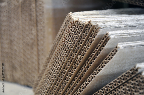 Fotografía Corrugated cardboard sheets one by one, they are prepared for packing metal structures
