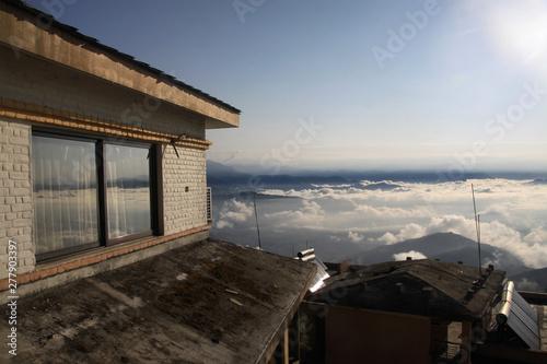 widok z wysoko położonego domu na górską okolicę w chmurach - 277903397