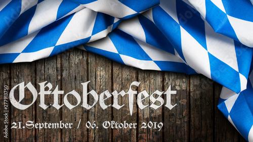 Foto auf Gartenposter Logo Oktoberfest 2019 Banner mit bayrischem Tischtuch auf Holzhintergrund