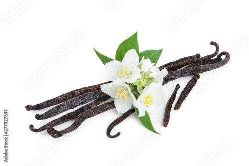 Fotomural  Vanilla sticks with flower and leaf isolated on white background