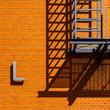 canvas print picture - Gitterpodest an Hauswand mit Schatten