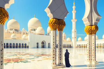 Žena nosi haljinu abaya u džamiji Sheikh Zayed, Abu Dhabi, UAE