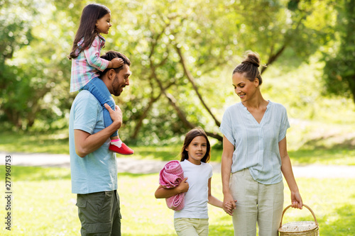 Poster Ecole de Danse family, leisure and people concept - happy mother with picnic basket, father and two daughters in summer park