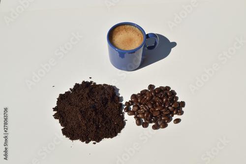 Aluminium Prints Coffee beans Une pause café une pause détente au soleil de l'été autour d'un excellent expresso issu de café de sélection pur arabica